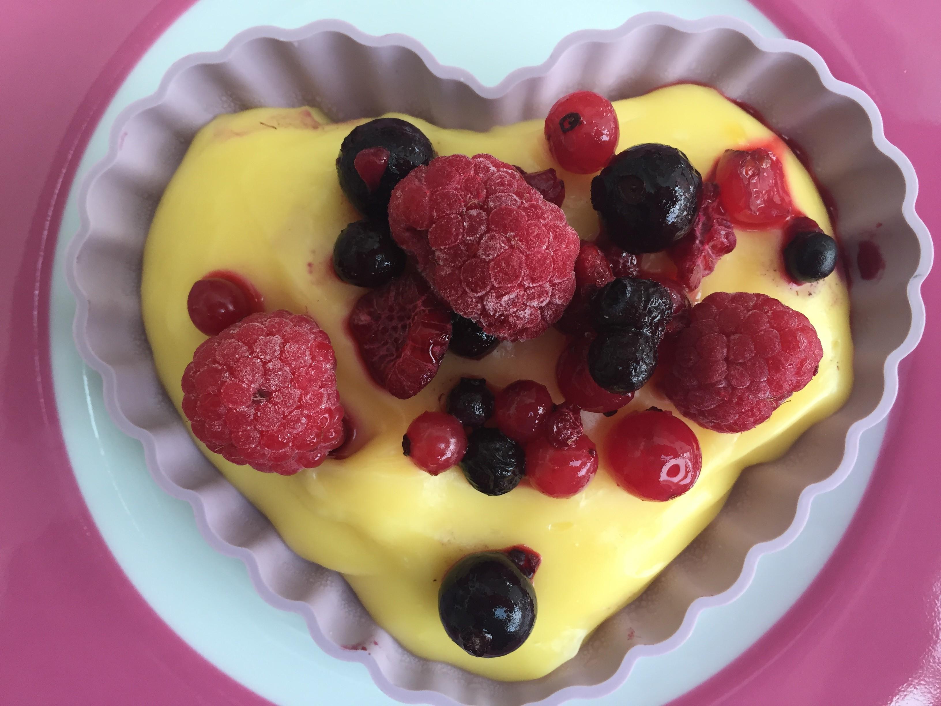 Herz mit Pudding und Früchten